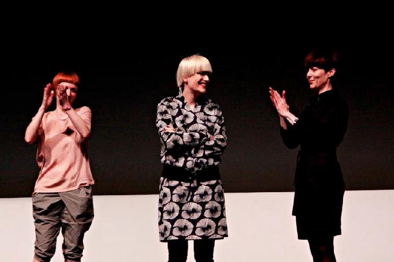 Марта Попивода (во средина)